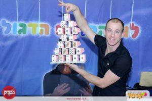 לול הקוסם מחזיק מגדל קלפים