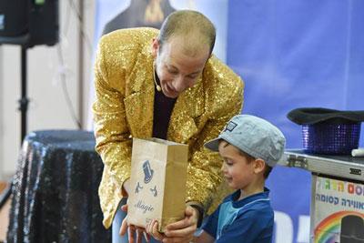 לול הקוסם הדגול מבקש מילד שיחזיק שקית קסמים