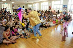 קוסם ליום הולדת משחק עם מטפחות עם הקהל