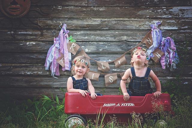 שני ילדים עם מכונית