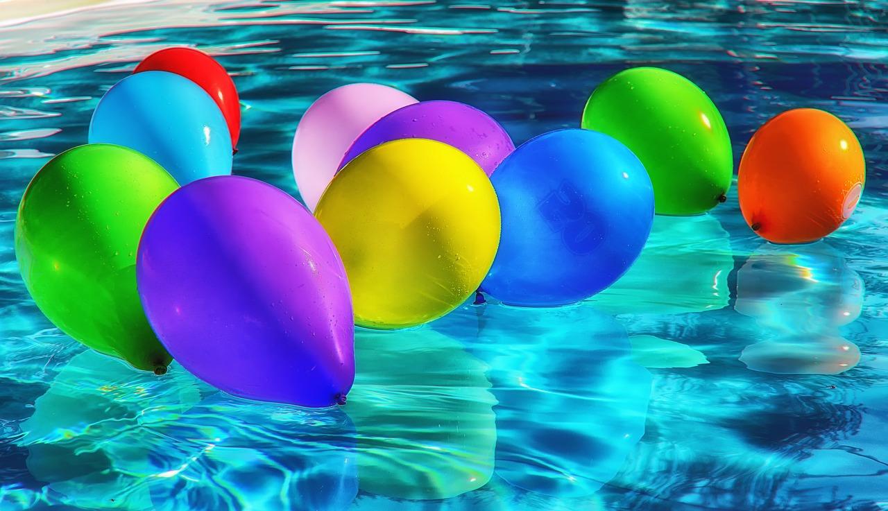 בלונים בבריכה
