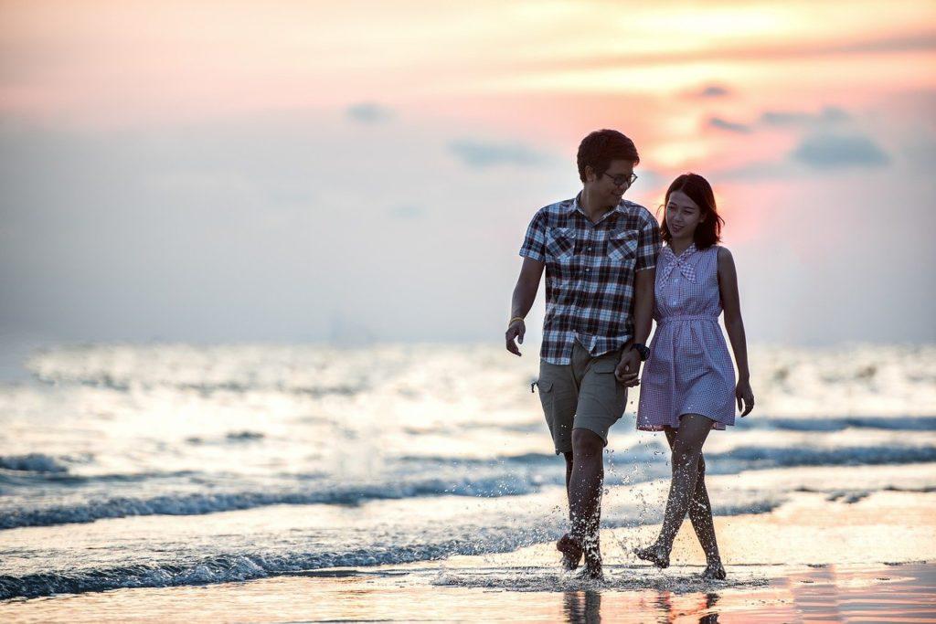 זוג הולכים בים