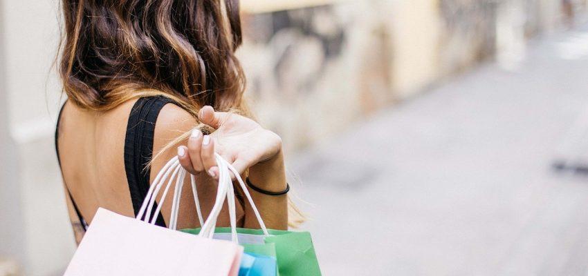 אישה עושה קניות
